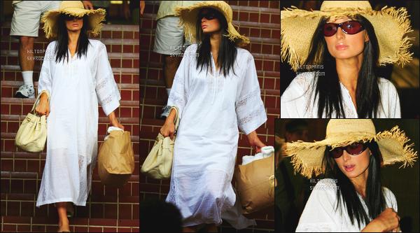 ------- 28/06/07: Belle  Paris Hilton  photographiée se baladant toute seule dans la journée dans les rues de    Beverly Hills.  Petit flop pour cette robe, je n'aime pas trop cette forme assez ample. C'est original de la voir avec une perruque brune, cela lui va  bien. -------