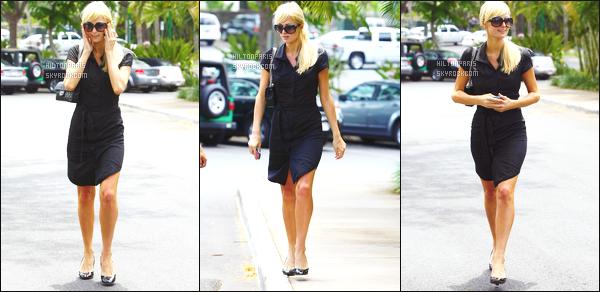 ------- 30/06/07: La sublime  Paris Hilton  photographiée se baladant toute seule dans la journée dans les rues d'Hawai.  J'aime assez cette robe noire, meme si c'est tellement simple j'aime beaucoup, je lui accorde un bon top, top aussi pour ses cheveux. -------