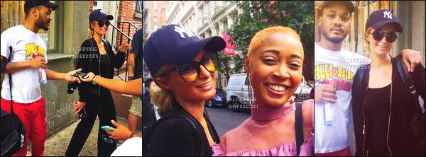 """--------------------------------------  """"""""RESEAUX SOCIAUX"""""""" Découvrez les dernières photos de mlle Paris toujours  actif sur Instagram ou Snapchat. Septembre 2017 -  Des photos de sublime Paris Hilton vue dans la journée dans les rues de New York avec des fans tres chanceux. --------------------------------------"""