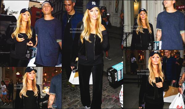 ------- 12/09/17:  La belle Paris  Hilton photographiée  entrain de faire du shopping avec son chéri Chris -   à New York. Gros top pour cette tenue toute simple, elle est toute souriante, je suis assez fan, elle est trop adorable. Je suis   fan de ses cheveux lâché.  -------