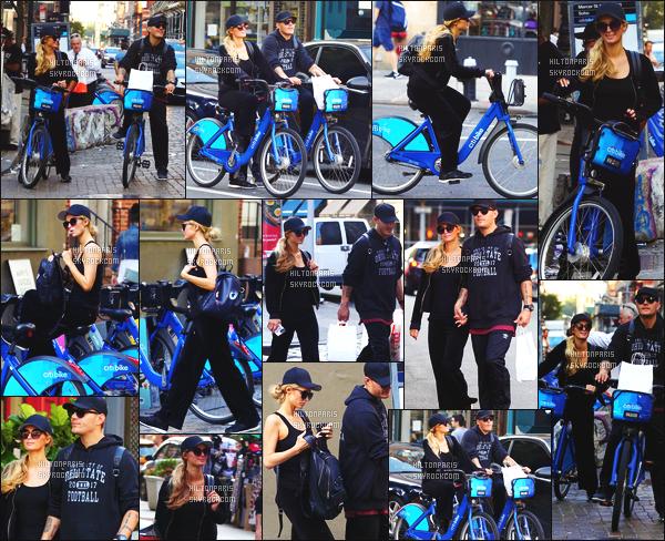 ------- 17/09/17:  Notre belle Paris  Hilton photographiée  entrain de faire du shopping du vélo avec Chris -   à New York. Le couple est vraiment adorable a passer du temps ensemble. J'aime assez la tenue tres simple et sombre. Gros top pour son sac à dos. -------