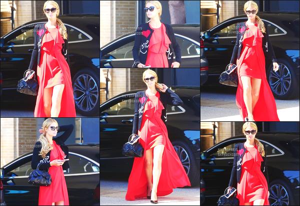 ------- 22/09/17: La princesse Paris Hilton photographiée entrain de faire du shopping dans la journée -   à Los Angeles. Gros top pour cette  tenue rouge, j'aime tellement cette tenue. Je suis trop fan de cette veste aussi cela va bien à la robe rouge de Paris.  -------