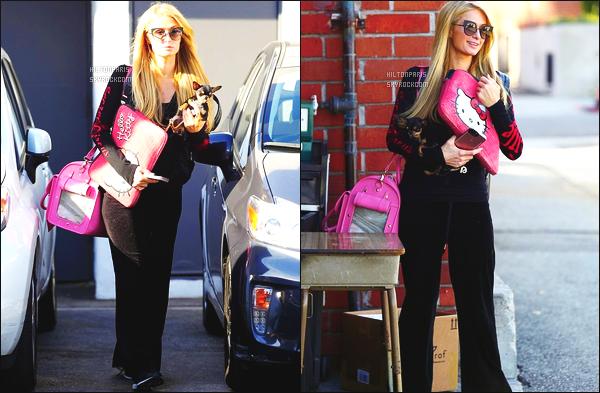 ------- 26/09/17: La princesse Paris Hilton photographiée quittant un salon de coiffure dans la journée -   à Los Angeles.  Elle est accompagnée de sa   chienne. J'adore le sac Hello Kitty. Petit flop pour cette tenue assez trop simple et large. Elle a fait mieux.  -------