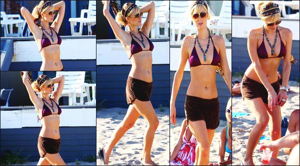 ------- 16/07/07: La merveilleuse  Paris Hilton  photographiée vue sur la plage dans la journée avec des amis de Malibu.  J'aime assez ce maillot de bain. Elle est toute belle Paris même en etant simple. Je lui met un gros top pour les lunettes de soleil. J'adore. -------