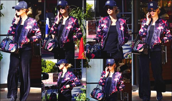 ------- 02/10/17: La princesse Paris Hilton photographiée entrain de faire du shopping dans la journée -   à Los Angeles. Gros top pour cette  tenue sombre, j'aime tellement cette tenue. Je suis trop fan de cette veste et de son sac à main, j'adore tellement.  -------