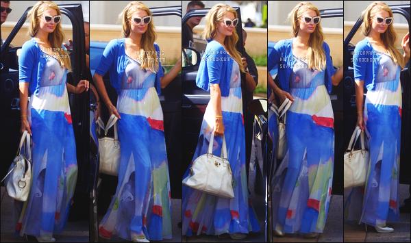 ------- 13/10/17: La princesse Paris Hilton photographiée dans la journée entrain de faire du shopping - Los Angeles. Je lui accorde un petit top pour cette tenue. Pas trop fan de la longueur que je trouve trop longue. J'adore trop ses cheveux comme ca.   -------