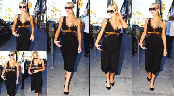 ------- 07/08/07: Mlle  Paris Hilton  photographiée se baladant toute seule dans la journée dans les rues de Beverly Hills.  J'aime assez cette robe noire, meme si c'est tellement simple j'aime beaucoup, je lui accorde un bon top, top aussi pour ses cheveux. -------