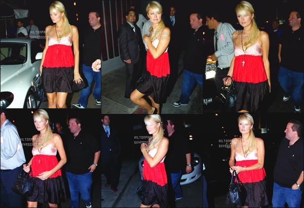 ------- 16/08/07: Notre sublime  Paris Hilton  photographiée vue avec des amis allant à une soirée - dans Los Angeles. Gros top pour cette tenue, même si c'est assez simple, j'adore assez cette  jupe en jeans. Notre princesse Paris est vraiment au top. -------