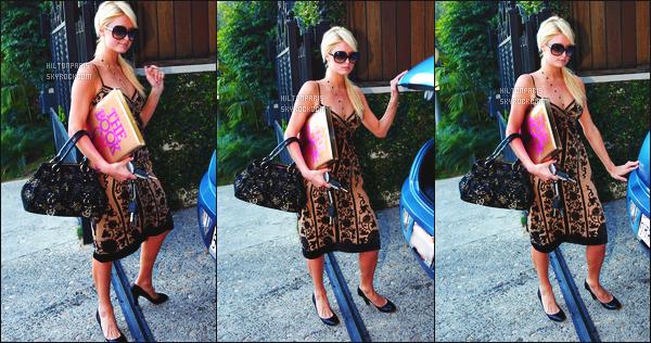 ------- 20/08/07: Jolie Paris Hilton photographiée   dans la journée quittant sa maison pour allez en ville - Beverly Hills. Petit top pour la tenue je trouve cela  simple. Mai bon c'est une sortie simple. Top pour les lunettes de soleil et pour ses cheveux attaché.   -------