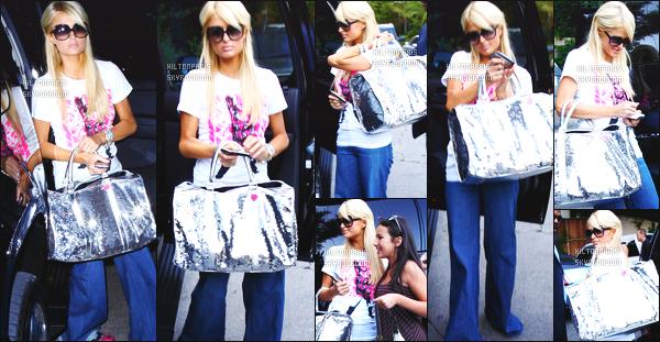 ------- 16/08/07:  Jolie Paris Hilton  photographiée dans la journée en balade dans les rues de Los Angeles avec des fans.  Top pour cette tenue, c'est assez simple, et je trouve son jeans assez large et taille base, je n'aime pas trop. Gros top pour les cheveux. -------