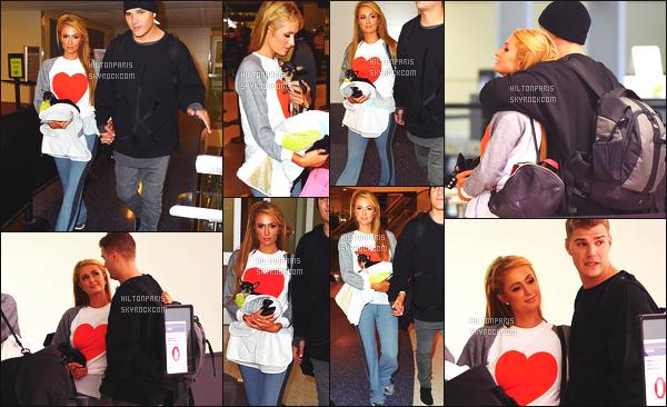 ------- 25/10/17:  Miss Paris Hilton  photographiée arrivant à l'aéroport de LAX avec Chris dans la journée - Los Angeles. J'aime  assez la tenue assez simple.  Je lui accorde un gros top. Ils sont tellement adorable les deux amoureux. J'adore ses cheveux lisse. -------