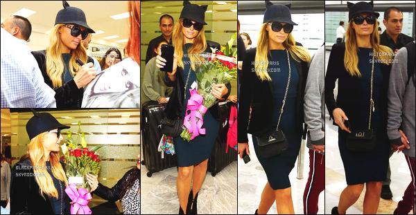 ------- 05/11/17: Notre princesse Paris Hilton photographiée  arrivant avec son amoureux Chris à l'aéroport au Mexique.  Je lui accorde un gros top pour cette tenue. J'aime beaucoup cette robe noire tous comme son petit chapeau c'est tellement adorable.   -------