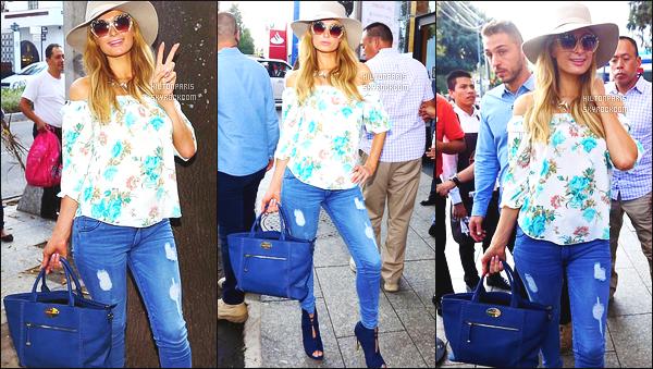 ------- 06/11/17: Sublime Paris Hilton   photographiée dans la journée passant du bon temps dans les rues dans Mexico.  J'aime beaucoup cette tenue, elle est toute belle dedans notre Paris Hilton, j'adore ce haut qui provient sa ligne de vêtement, au top.     -------