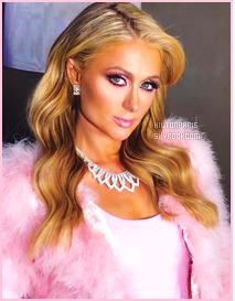------- 10/11/17:   Des photos   pris par les fans de mlle Paris Hilton pendant sa promotion sur son parfum - au  Mexique.  Je lui accorde un enorme gros top pour la tenue toute rose. Je suis trop fan, j'adore beaucoup. J'aime tellement aussi   ses cheveux blond.   -------