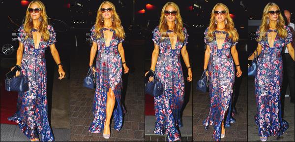 ------- 23/11/17: La magnifique  Paris Hilton photographiée arrivant à l'aéroport de LAX  dans la soirée  - à  Los Angeles.  Paris Hilton est toute belle, je ne suis pas trop fan de cette robe mais ca va, je lui met quand même un bon petit top. J'adore les couleurs.    -------
