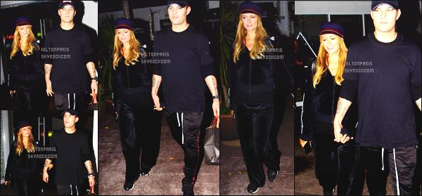 ------- 27/11/17:   Belle Paris Hilton photographiée dans la soirée en compagnie de son petit ami Chris - à Los Angeles.  Je lui accorde un petit top pour cette tenue. Bon c'est simple comme la sortie. J'adore assez cette matière velours du jogging. Au top.  -------
