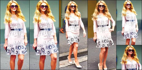 ------- 29/11/17:   Notre princesse Paris Hilton photographiée dans la journée vue toute seule dans les rues de Sydney.  J'aime moyen cette robe, elle a fait mieux je trouve. Je n'aime pas du tout les motifs de cette tenue. Gros top pour cette mise en beauté.     -------
