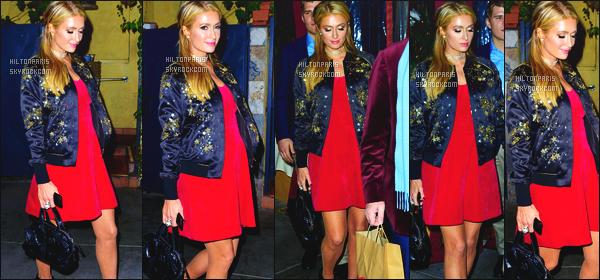 ------- 24/12/17: La merveilleuse  Paris Hilton   photographiée dans la soirée allant au restaurant Piccolino à Los Angeles. Énorme top pour cette tenue de Paris, c'est une robe simple, courte, et en couleur. Top aussi pour cette veste en cuire. J'adore assez. -------
