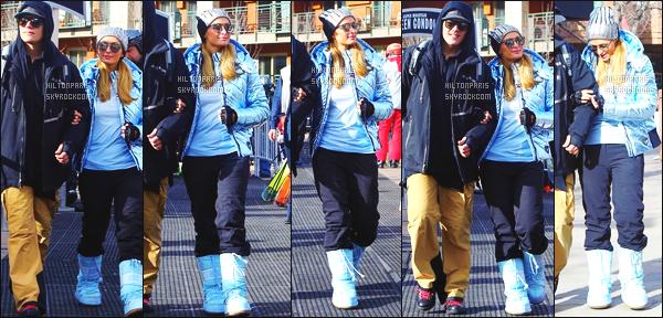 ------- 05/01/18: Notre merveilleuse  Paris Hilton   photographiée dans la grande station de ski dans la journée - Aspen.  Bon c'est une tenue simple petite combinaison de ski qui lui va vraiment bien. J'adore beaucoup, j'aime ses lunettes de soleil. Petit top. -------
