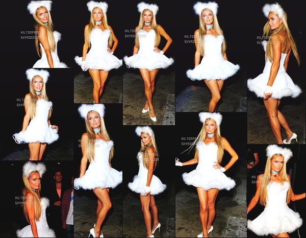 ------- 31/10/14: La jolie Paris Hilton photographiée dans la nuit, se rendant à la soirée de « Halloween » - Los Angeles.   Paris Hilton est tellement mignonne toute en blanche et toute sexy, j'adore trop se déguisement son make up, tout bien fait.  Gros top.  -------