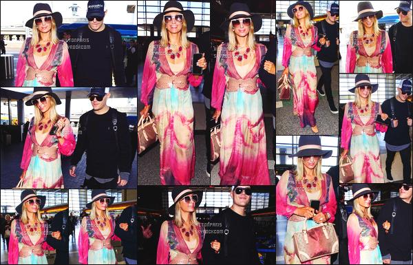 ------- 23/01/18:  Miss Paris Hilton  photographiée arrivant à l'aéroport de LAX avec Chris dans la journée - Los Angeles. J'aime  assez la tenue assez simple.  Je lui accorde un gros top. Ils sont tellement adorable les deux amoureux. J'adore ses cheveux lisse. -------