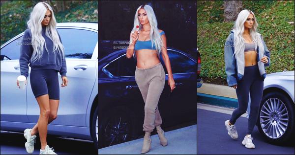 --------       •• Découvrez la sublime Paris Hilton  qui fait la campagne de   « Yeezy    » - Février 2017.   Beaucoup de mannequins se sont prêter au jeu d'etre des clones de la femme de Kanye West, Kim Kardashian. J'adore trop les photos.   --------