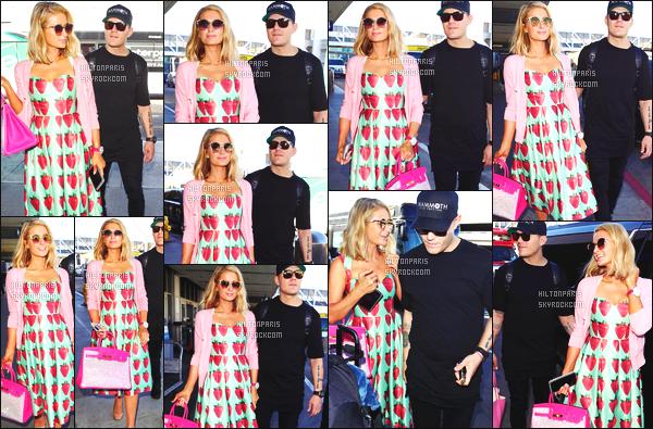 ------- 08/02/18:  Miss Paris Hilton  photographiée arrivant à l'aéroport de LAX avec Chris dans la journée - Los Angeles. J'aime  assez la tenue assez simple.  Je lui accorde un gros top. Ils sont tellement adorable les deux amoureux. J'adore ses cheveux court. -------