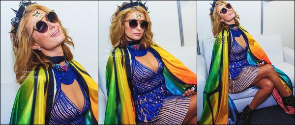 ------- 10/02/18:   Paris Hilton  photographiée  dans les coulisses de la boite  « Salvador Box » -   au Bresil dans la soirée.   Gros top pour la tenue, cette robe bleue lui va tellement bien, j'adore vraiment aussi cette cape. Elle est tellement merveilleuse. Au top.  -------