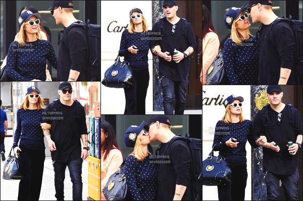 ------- 07/03/18:  La belle Paris  Hilton photographiée   entrain de  faire du shopping   avec son chéri Chris -   à Los Angeles. Gros top pour cette tenue toute simple, elle est toute souriante, je suis assez fan, elle est trop adorable. Je suis   fan de ses cheveux lâché.  -------