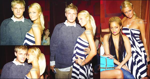 ------- 14/01/04: Jolie Paris Hilton photographiée dans la soirée profitant de ses amis en boite de nuit - à Los Angeles.  Je lui met un gros top pour cette tenue. Je suis vraiment amoureuse de cette tenue si merveilleuse. Gros top pour cette mise en beauté.     -------