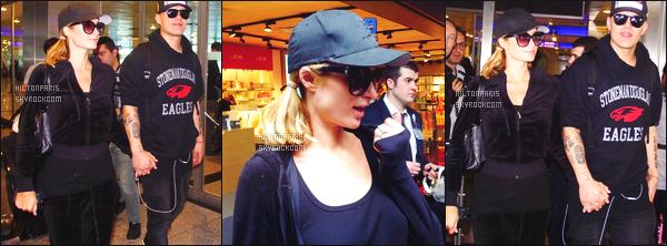 ------- 01/04/18: Belle  Paris Hilton   photographiée   dans la journée accompagnée de son fiancé Chris quittant l'Ukraine.  Je lui accorde un  bon top pour cette tenue toute simple. Je suis toujours autant fan de ses cheveux court. Top les lunettes et la casquette. -------
