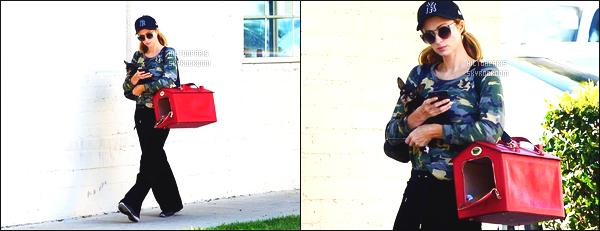 ------- 04/04/18: La ublime Paris Hilton    aperçue    dans les rues dans  Los Angeles dans la journée avec sa petite chienne. Paris est assez belle dans cette tenue toute noire et en tissus doux, Même si c'est assez simple sa reste un candid mais c'est un gros top.  -------