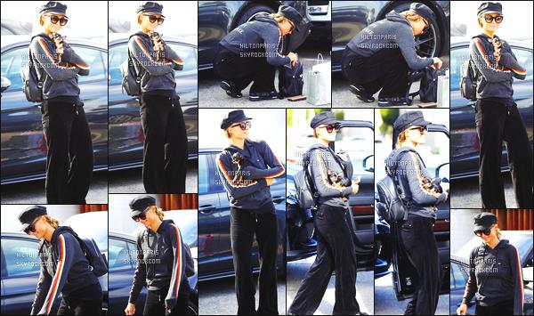 ------- 07/04/18: La ublime Paris Hilton    aperçue    dans les rues dans  Los Angeles dans la journée avec sa petite chienne. Paris est assez belle dans cette tenue toute noire et en tissus doux, Même si c'est assez simple sa reste un candid mais c'est un gros top.  -------