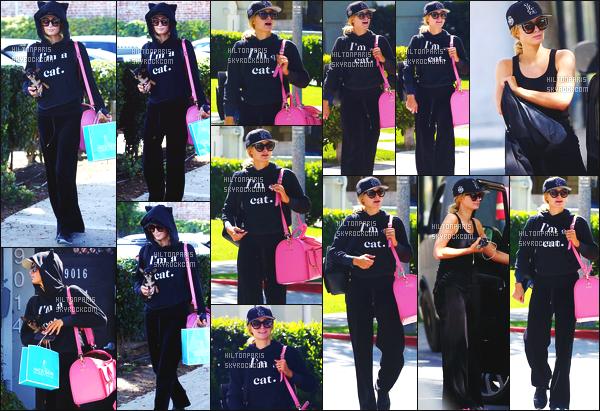 ------- 10/04/18: Sublime Paris Hilton    aperçue    dans les rues dans  Los Angeles dans la journée avec sa petite chienne. Paris est assez belle dans cette tenue toute noire et en tissus doux, Même si c'est assez simple sa reste un candid mais c'est un gros top.  -------