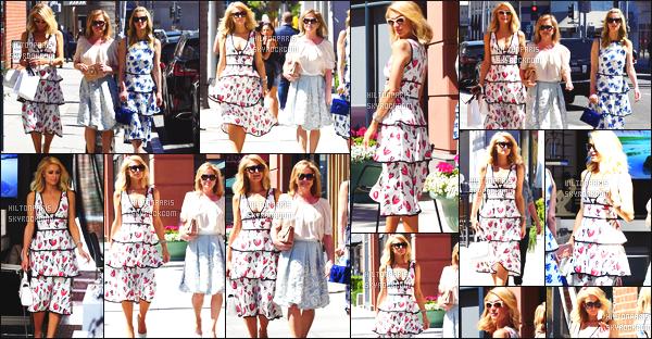 ------- 17/04/18:   Paris    photographiée se promenant dans la journée avec ce beau temps dans les rues de    Los Angeles.  Elle est accompagnée de Kathy et de Nicky. J'aime assez la tenue robe toute simple. Top pour la couleur  claire. Elle est assez jolie Paris.  -------