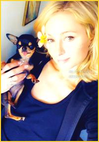 ------- 03/05/18: La princesse Paris Hilton photographiée entrain de faire du shopping dans la journée -   à Los Angeles. Gros top pour la  tenue noire, j'aime tellement la tenue. Même si c'est une tenue simple je suis trop fan cela va bien à miss Paris. J'adore.  -------