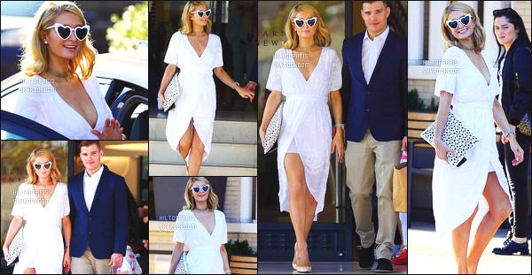 ------- 09/05/18:  La belle Paris  Hilton photographiée   entrain de  faire du shopping   avec son chéri Chris -   à Los Angeles. Gros top pour cette tenue toute simple, elle est toute souriante, je suis assez fan, elle est trop adorable. Je suis   fan de ses cheveux lâché.  -------