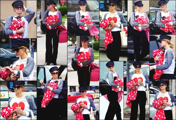 ------- 21/05/18: La ublime Paris Hilton    aperçue    dans les rues dans  Los Angeles dans la journée avec sa petite chienne. Paris est assez belle dans cette tenue toute noire et en tissus doux, Même si c'est assez simple sa reste un candid mais c'est un gros top.  -------
