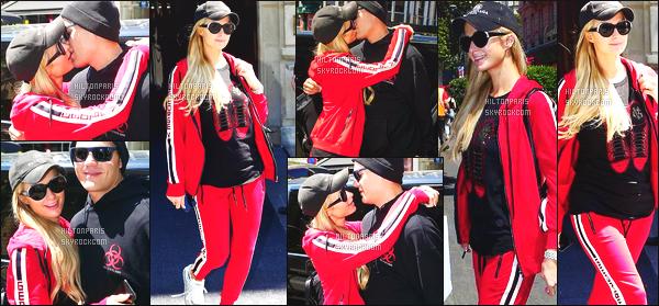 ------- 27/06/18: Magnifique  Paris Hilton photographiée dans la journée dans les rues de Paris avec son fiancé Chris.  Paris Hilton est toute belle, je lui met un gros top pour cette tenue. Elle est au top tellement. J'adore cette couleur rouge à la veste et bas.    -------