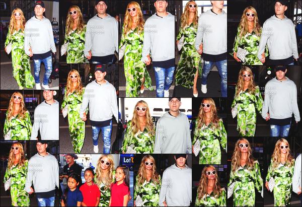 ------- 08/06/18:  Miss Paris Hilton  photographiée arrivant à l'aéroport de LAX avec Chris dans la journée - Los Angeles. J'aime  assez la tenue assez simple.  Je lui accorde un gros top. Ils sont tellement adorable les deux amoureux. J'adore ses cheveux long. -------