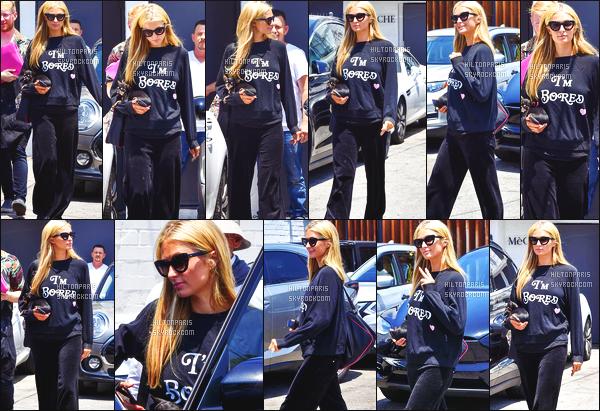 ------- 20/06/18: La princesse Paris Hilton photographiée entrain de faire du shopping dans la journée -   à Los Angeles.  La princesse Paris, elle est toute souriante sur les photos, ca fait plaisir de la voir si heureuse, gros top pour ce pull que j'adore beaucoup.  -------