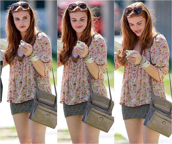 """Always & Forever Always & Forever Le 15 Juin 2011 : Holland Roden,une des star de la série """"Teen Wolf"""" a été aperçue payant à un parcomètre dans l'Ouest d'Hollywood.   Je ne sais pas vous mais je trouve qu'elle est vraiment sublime, elle nous a sortit un magnifique Top. Une chose est sûre on voit tout de suite sur son visage quand quelque chose la dérange ( Et ici c'est les paps).    Always & Forever"""
