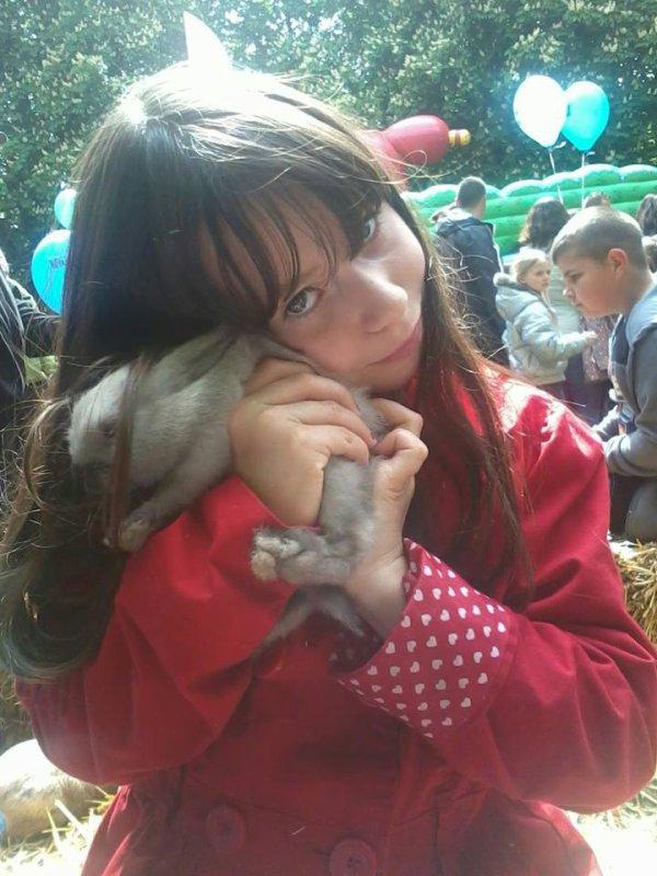 Voila ma petit soeur avec un bebe lapin dans c'est bras