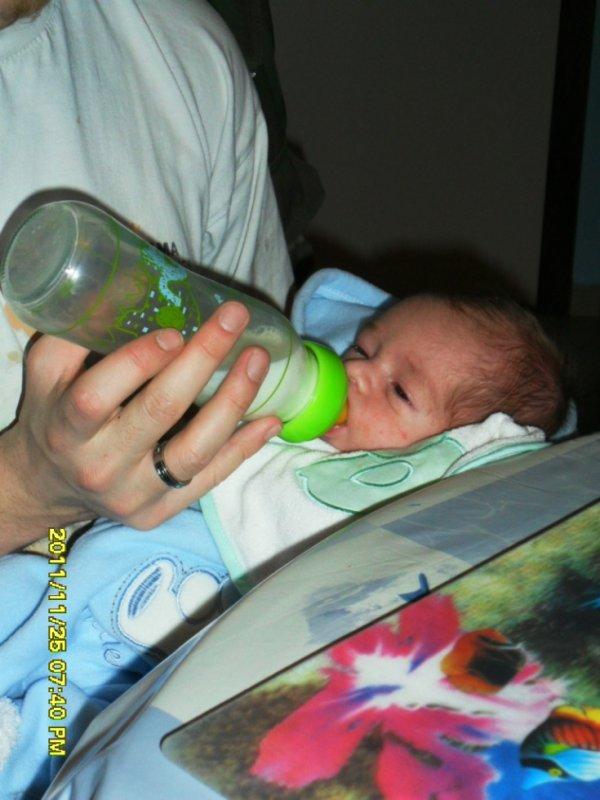 1er biberon avec son papa