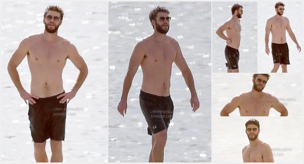 24.10.2017 : Liam Hemsworth très souriant et détendu a été vu sur une plage à  Savannah  en Géorgie
