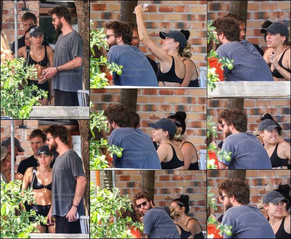 10.01.2018 : Liam  à été vu avec sa petite-amie Miley Cyrus en train de déjeuner à Byron Bay (Australie)