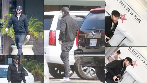20.04.2018 : Liam Hemsworth a été vu seul dans un bar pour boire un smoothie à Malibu en Californie