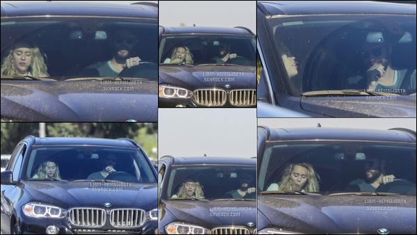 22.04.2018 : Liam Hemsworth a été vu au volant de sa voiture en compagnie de sa fiancée Miley Cyrus à Malibu