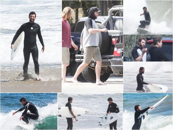 21.05.2018 : Liam Hemsworth a été vu surfant avec des amis sur la plage de Malibu en Californie