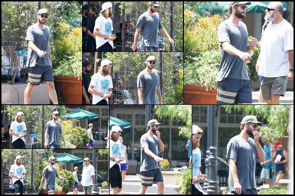 """17.08.2018 : Liam Hemsworth a été vu quittant le restaurant """"Ollo"""" après y avoir déjeuner à Malibu (Californie)"""